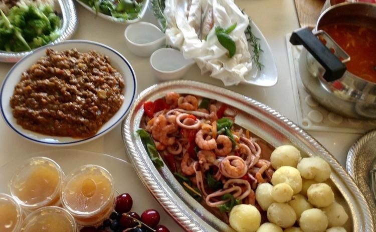 シーフードカレー♪殼つきエビとイカで旨味を出します。野菜もたっぷり!