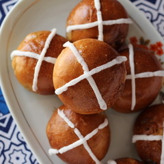 クロスバンズとバター不使用!キャロットカップケーキで祝うイースター
