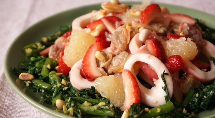 イカと苺とグレープフルーツと春菊のサラダ