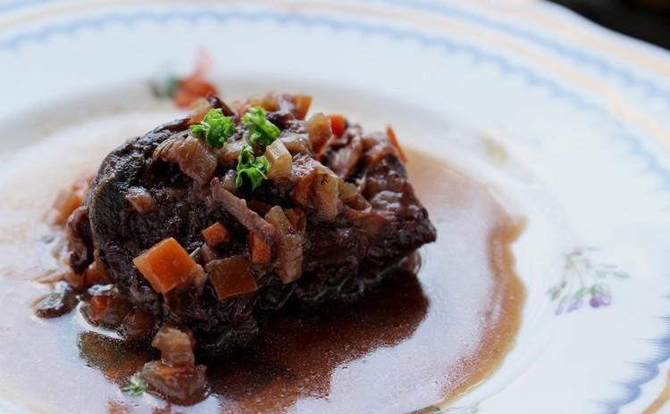 お箸で食べる「トリッパと白花豆のトマト煮」と「和牛すね肉の赤ワイン煮」