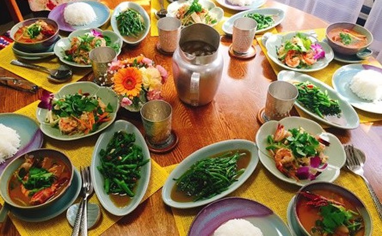 トムヤムクン、ヤムウンセン(春雨サラダ)、空芯菜炒めの三品を作ります