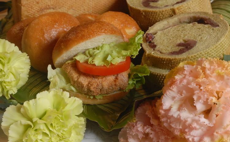 風薫る爽やかな新緑の季節にピッタリ!バーンズパン&抹茶の小豆ロールパン