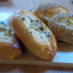ゴマたっぷりのチーズパンとサツマイモの甘煮を包んだふんわりパン