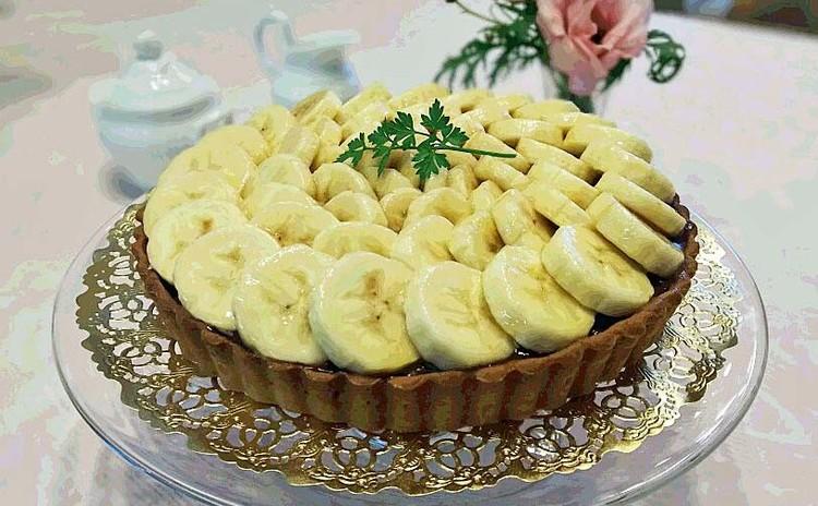 チョコレートクリームの上にスライスバナナがのったタルト・ソニアリキエル