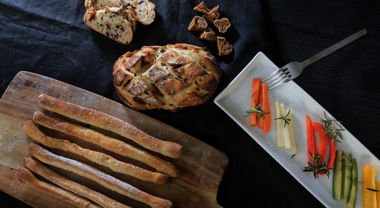自家製酵母パン!いちじくカカオ&グリッシーニ、ローズマリー酵母ピクルス