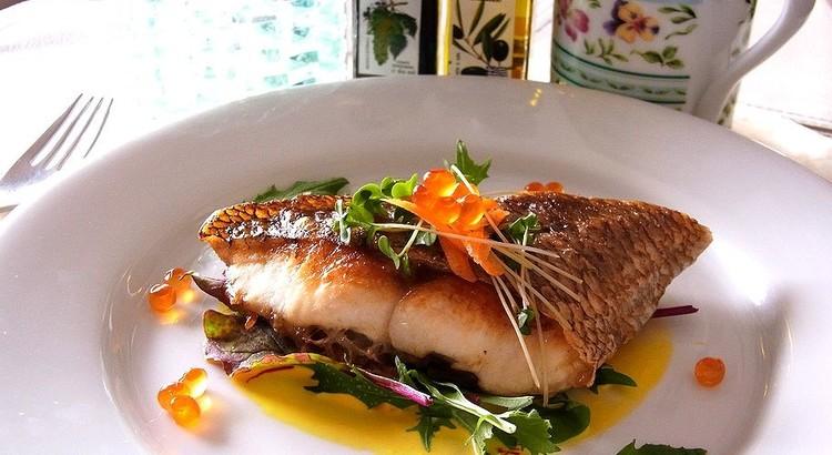 魚のポワレ 薫り高いサフランソース