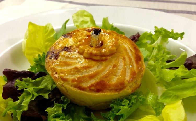 ハーブマリネのポークサラダ、南仏風温製パイとフローズンヨーグルト