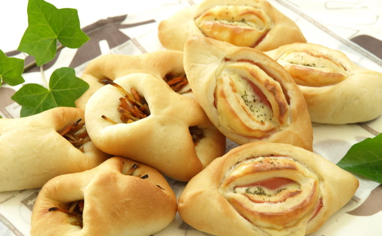 手捏ねで惣菜パン2種!きんぴらパンとハムチーズパン