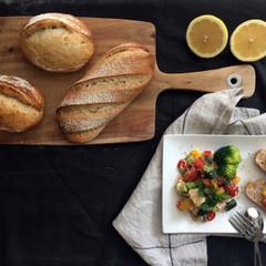 レモン酵母パン!キヌアハード&ライ黒パン、キヌアとチキンの酵母サラダ