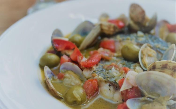 白身魚のアクアパッツアとそら豆のホットサラダで簡単おもてなし
