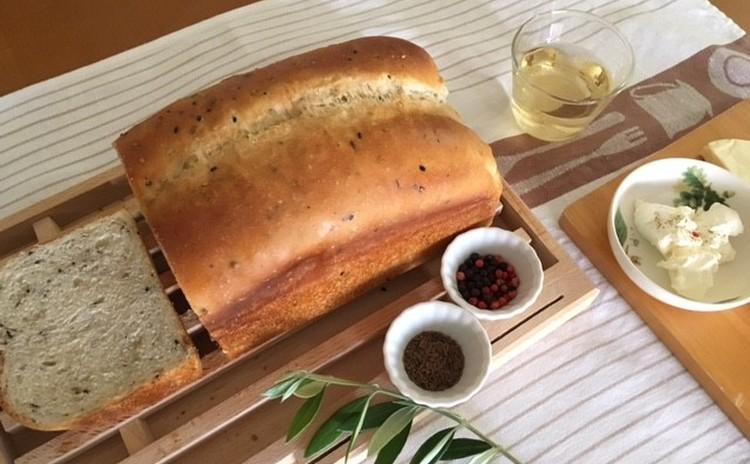 スパイシーブレッド トマトとセロリのスープ チーズ 白ワインとともに