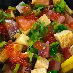 旬のお魚をさばいて海鮮チラシ寿司を作ります。