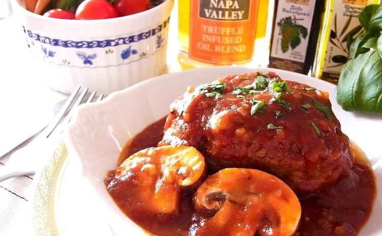 トマトとデミグラの濃厚煮込みハンバーグ