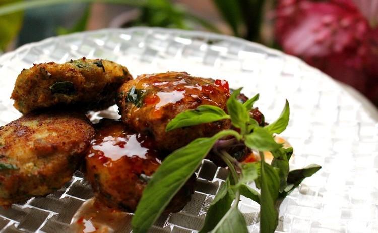 タイ食材で至福のグリーンカレー・トートマンプラー・カオニャオマムアン