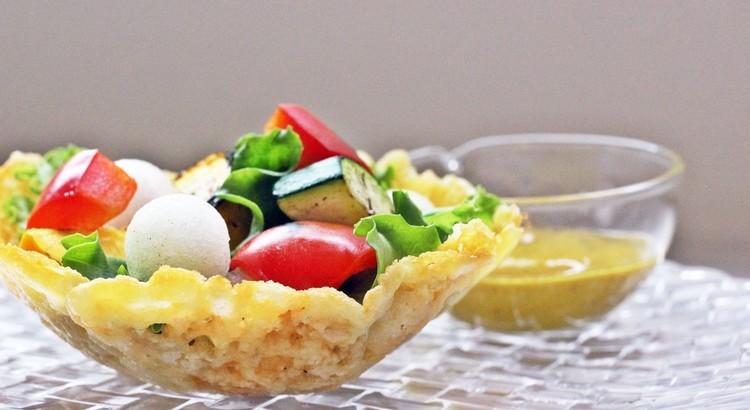 パリパリ焦がしチーズの器に入れた グリルズッキーニとパプリカのサラダ