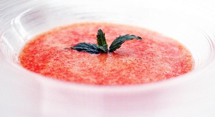 赤い野菜とフルーツの太陽色のスープ