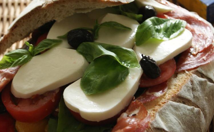 イタリアンサラダを詰めたパンピクニック