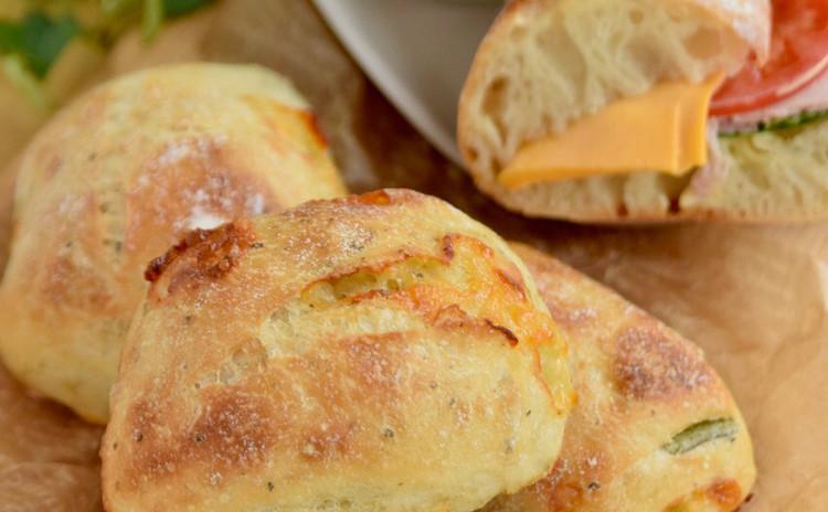 オーバーナイト法で作るバジルチーズのチャバタとプレーンチャバタのサンド