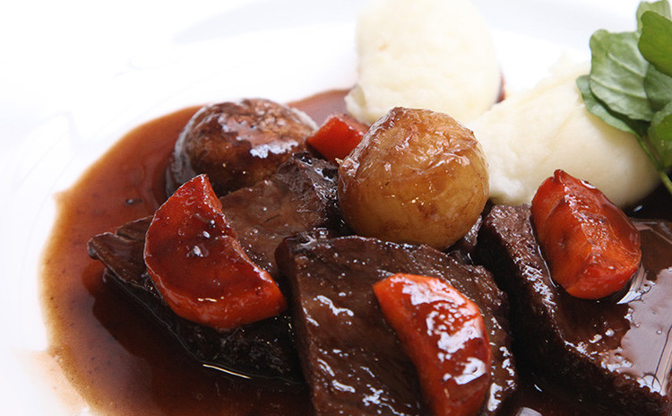 スプーンでほろり!贅沢和牛ほほ肉の赤ワイン煮込み