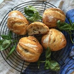 自家製酵母パン!二種のリュスティック、プレーン、生バジル&チーズ