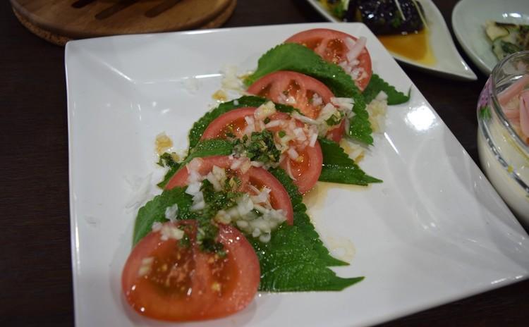 エゴマ葉とトマトのサラダ