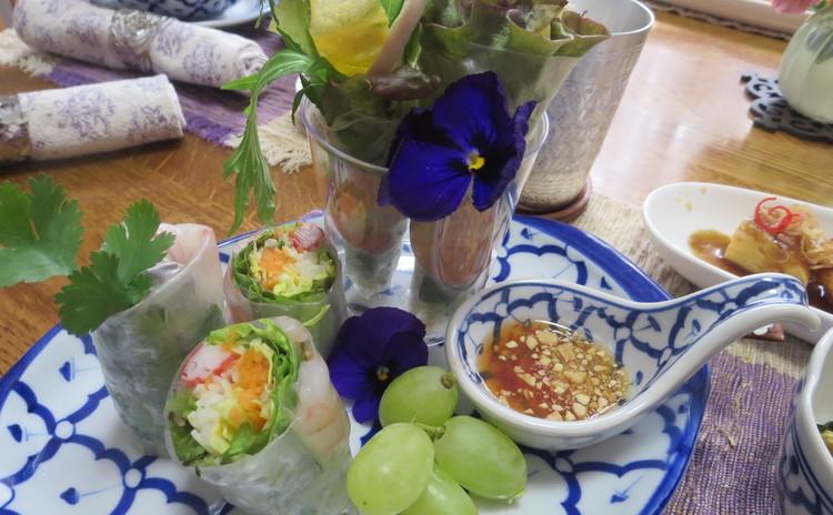 人気の生春巻きがきっちりと美しく巻けるように!今まで自己流でやって来た方、もっと上手に作れるようになります。見た目も可愛らしい花束生春巻きもご紹介♪ タイではお粥は外食するものです。海老入りのお粥に、良く合うおかずを2品作ります。