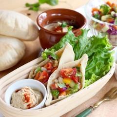 ベジカフェ風ランチ  ぷっくり膨らむピタパンと野菜不足解消デリ