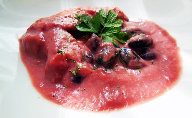 ほろほろ柔らか手羽先と赤いお豆のビートルートスープ