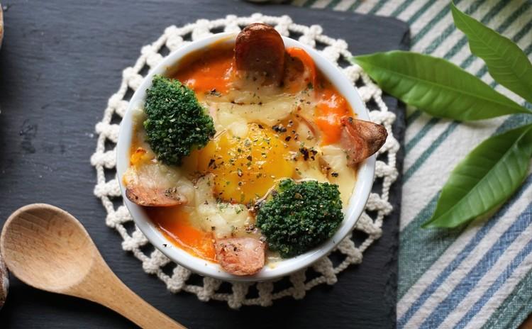 巣ごもり卵のトマトクリームグラタン