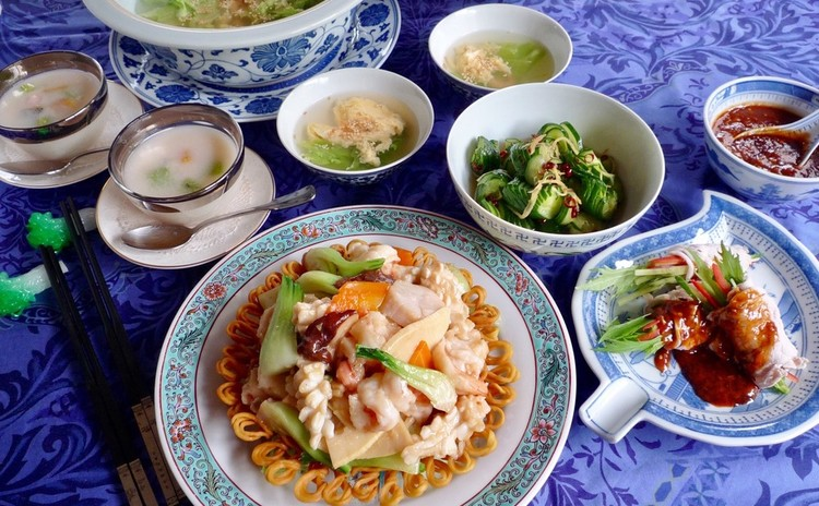おもてなしの肉巻き、麺篭盛魚介の炒め、甘酢胡瓜、卵スープ、甘酒デザート