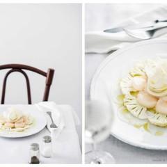美味しくフォトジェニックな白いサラダやきのこを詰めたローストチキンを