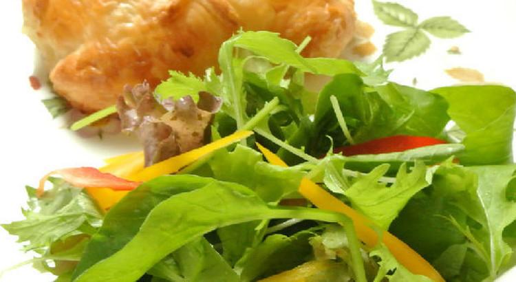 ベビーリーフと季節の果物のサラダ