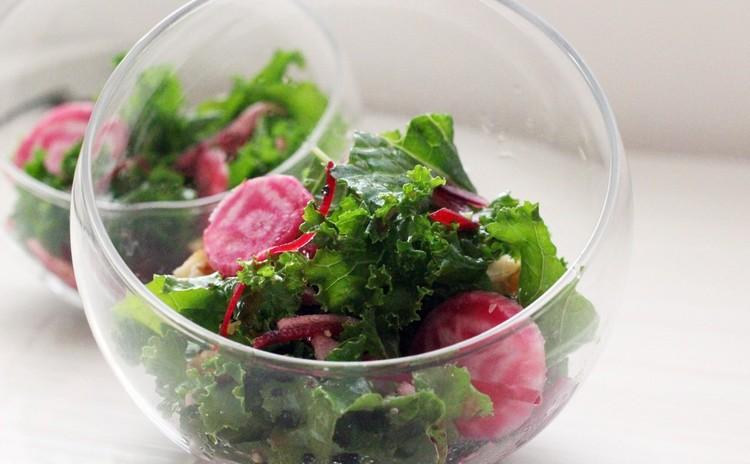 ケールとワイン色の野菜と果物のサラダ