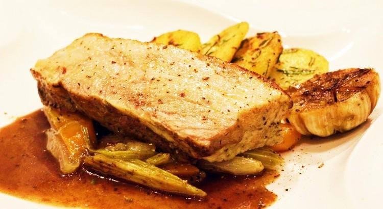 豚塊肉のポットロースト グレイビーソースとともに ローズマリーポテト添え