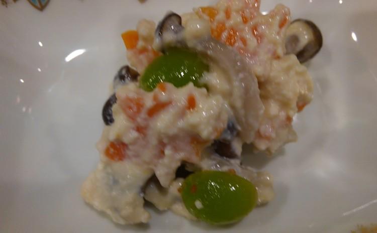 新いくら醤油漬け、鯖立田揚げ、柿白和え、蟹、菊花を使った三品