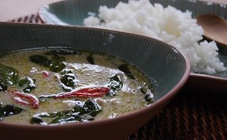 タイ料理の王道!グリーンカレーとガイホーイバイトューイ+カイジアオ