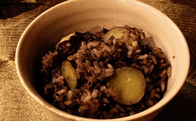 黒ごま、黒胡椒とサツマイモのご飯