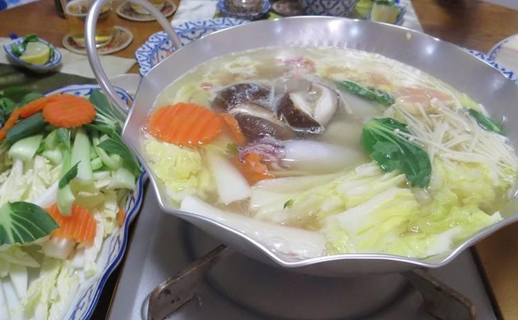 タイスキは、タイのしゃぶしゃぶです!肉、魚、シーフード、野菜、豆腐などたくさんの食材を用意します。ピリ辛のタレでいっぱい召し上がれ!チャーンビールで乾杯しましょう♪