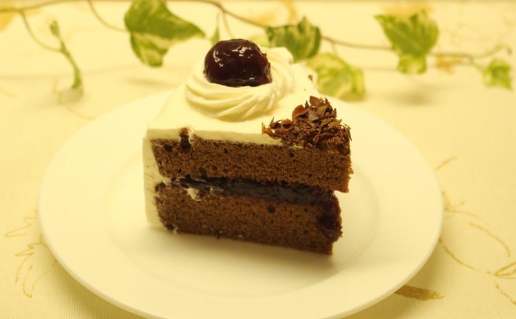 しっとりココアスポンジのクリスマスケーキにダークチェリーのマリアージュ