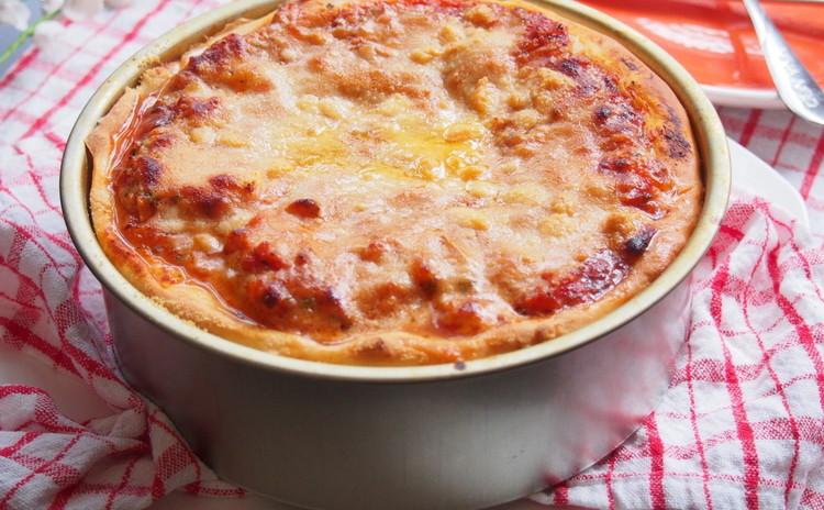ソーセージとマッシュルーム、三種チーズのスタッフドピザ