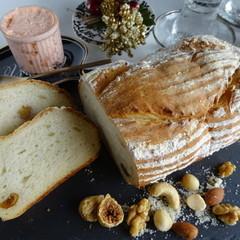 4種のナッツとフィグのカンパーニュ&サーモンのパテ