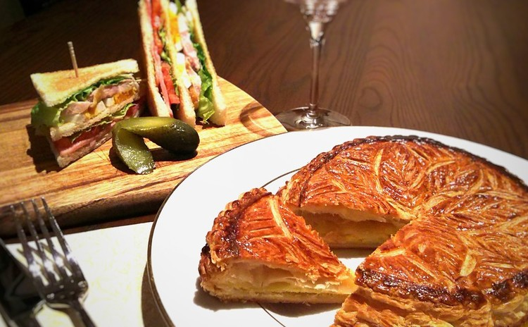 フランスの新年のお菓子ガレット・デ・ロワ(15㎝)とクラブハウスサンド