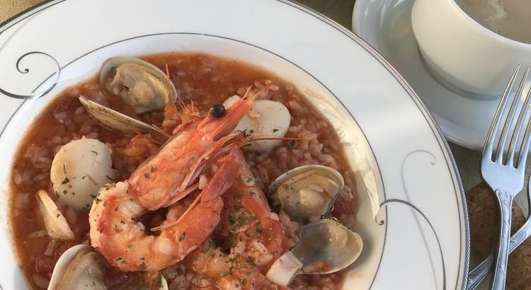 レストランのメニュー 海の幸のトマトリゾットを作る