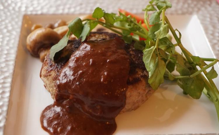 ステーキ肉で粗挽ハンバーグステーキ わさびソース