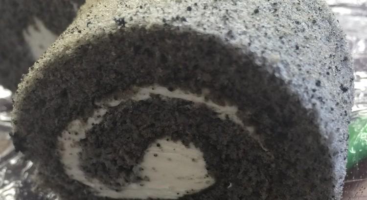 米粉の黒ごまロールケーキ