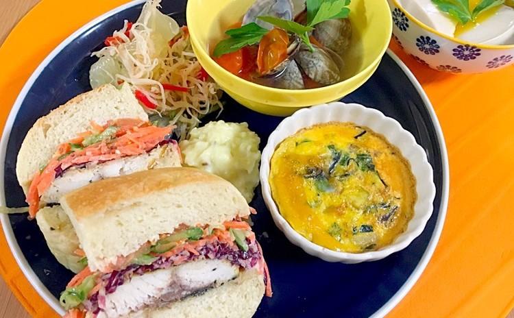 手作りフォカッチャで鯖サンド!野菜たっぷり♡身体喜ぶエスニックプレート