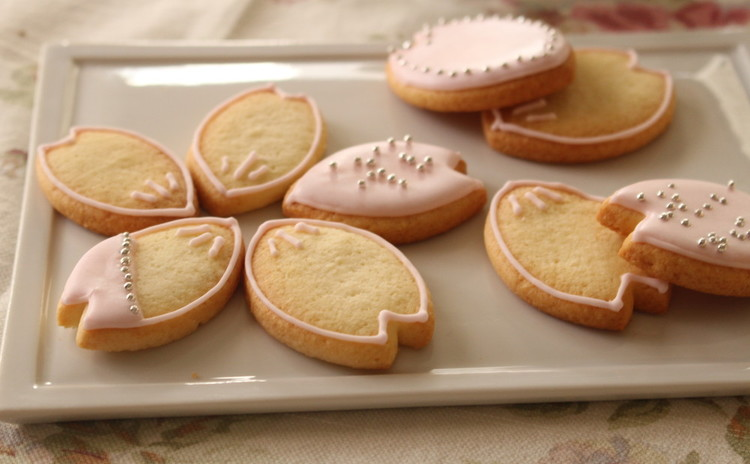 春は桜の花びらアイシングクッキー&米粉で作るクランベリーシフォンケーキ