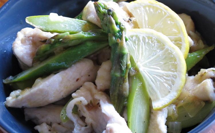 鶏とアスパラのストラッチェッティ