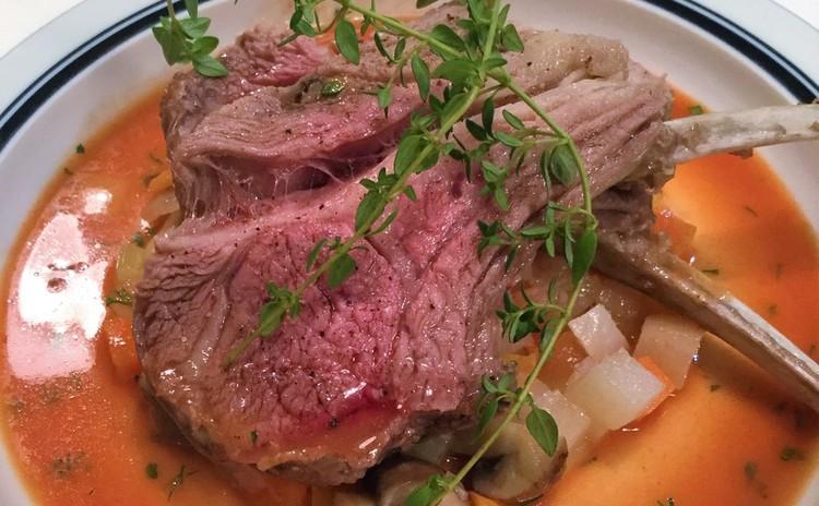 ハーブを活かす料理3品。メインは仔羊背肉のブレゼ。