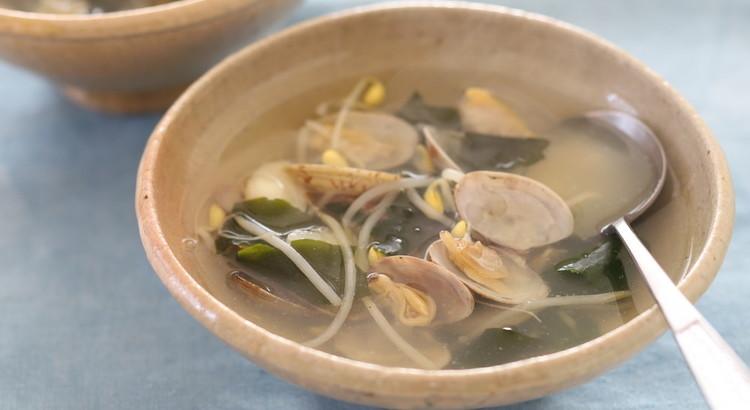 アサリと豆もやしのわかめスープ